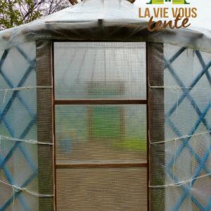 La serre-yourte comprend 2 portes en vis-à-vis.
