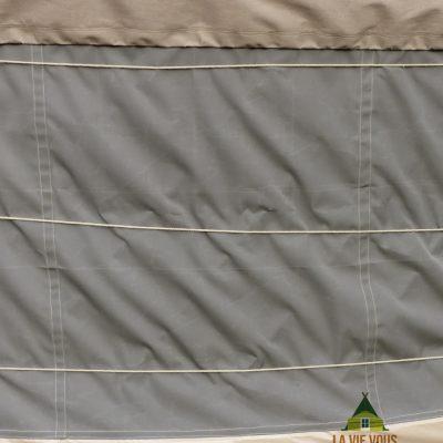 Les toiles acryliques de qualité et des coutures étanches protègent efficacement des intempéries.