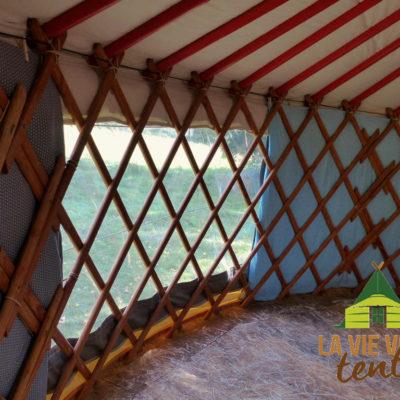 Un rideau isolé peut occulter la baie de l'intérieur