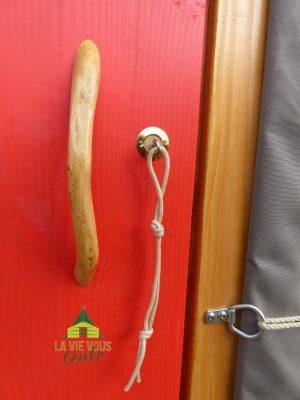 Comme une invitation au voyage, nous cueillons les bois des poignées de porte en Laponie.