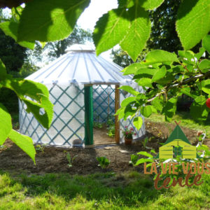 La serre-yourte mettra votre jardin en valeur.