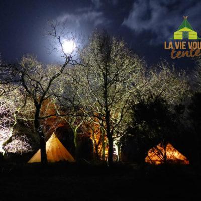 Ombres et lumières sur le camp créent une ambiance unique