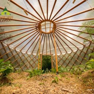 vue intérieure de la serre yourte du centre écologique Terre vivante, situé près de Grenoble.