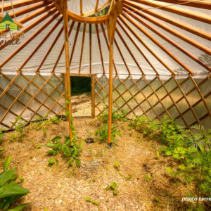 début de saison dans la serre yourte du centre écologique Terre vivante, situé près de Grenoble.