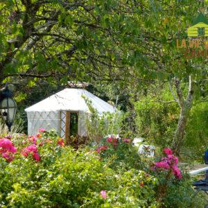 Cette serre-yourte s'intègre parfaitement dans ce magnifique jardin.